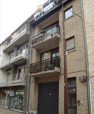 Duplex bestaande uit leefruimte met open keuken, ruim terras (O-ligging), slaapkamer met doorlopend een 2de kleinere slaapkamer, berging, badkamer en