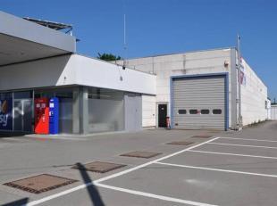 Ensemble comprenant une surface commerciale de 120m², un hall industriel de 540m² ainsi qu'un logement. Ce bien est proposé à