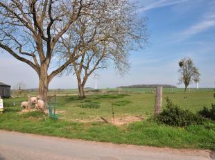 Magnifique terrain à bâtir de 17a. sis dans le village de Mesnil-Saint-Blaise.<br /> Celui-ci se trouve dans une rue calme, à faib