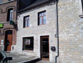 Surface commerciale située au centre de Beauraing.<br /> Cet espace commercial ou de bureaux dispose d'une surface de 50m².<br /> L'immeub