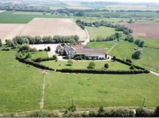 A 20' de Bruxelles, dans un charmant village de l'ouest du Brabant Wallon, situé au calme, ce domaine de +/- 1750 m² bâti et entour&