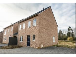 Dans le charmant village de Forville, entre Wavre et Namur (30'), grande maison 3 façades neuve comprenant hall d'entrée, living avec cu