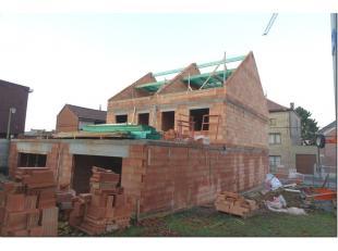 Accès très facile R3 et E42, grande maison NEUVE en gros oeuvre fermé avec jardin orienté plein sud. Elle comprend au rez