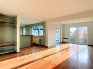 Magnifique rez-de-chaussée situé dans un petit immeuble moderne offrant tout le confort nécessaire. Hall d'accueil avec porte bli