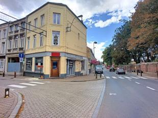 Idéalement situé dans le Centre de Jodoigne, face à l'Hôtel de Ville, sur l'artère principale, ancienne maison de co
