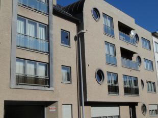 Het appartement omvat volgende ruimtes: inkom, woonkamer, keuken, berging, 1 slaapkamer, badkamer, garage 20, lift, terras, centrale verwarming op aar