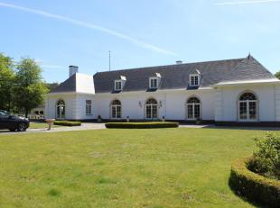 Deze statige villa, opgetrokken in neoclassicistische stijl met franse invloeden, is gelegen op een perceel van 29 102 m².  De ruimtes op het gel