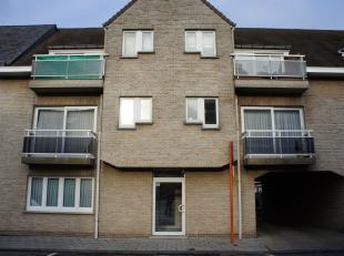 Het pand omvat de volgende ruimtes: Inkom, keuken met toestellen, berging, woonkamer, badkamer, 2 slaapkamers, garage nr. 15, 2 terrassen en centrale
