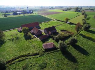 Situering:<br /> Idyllische landelijke ligging tussen Zarren en Staden, aan de voet van de Couchez-molen.<br /> <br /> De hoeve:<br /> Een lange lande