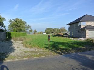 Landelijk gelegen stuk bouwgrond (1.066m²) met aansluitende tuin (2.315m²).<br /> <br /> Bouwperceel zonder bouwverplichting. Alleenstaande