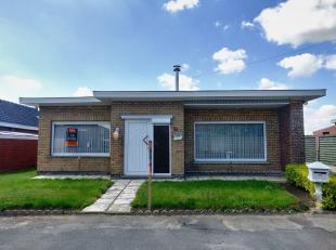 Op te frissen,, gelijkvloerse woning met 2 slaapkamers, zonnige tuin en ruime garage, gelegen op 494m². <br /> <br /> Indeling:<br /> Inkomhal -
