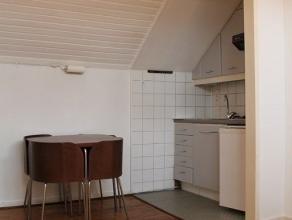 ALL INCL. FORMULE! Leuke studio gelegen aan de rand van het zuid. (Begin Brederodestraat) Woonkamer op plancher met open keuken ( frigo, 4pit op gas,