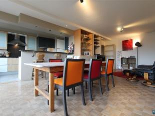 Tijdloos gerenoveerd en lumineus dakappartement met 2 slaapkamers, balkon en schitterende woon,-leefruimte met open geïnstalleerde keuken! Toegan