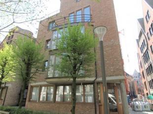 TRIPLEXAPPARTEMENT IN HISTORISCHE BINNENSTAD!<br /> Dakappartement gelegen in een kleinschalig gebouw ten midden van het stadscentrum.<br /> Via lift
