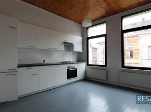 VOLLEDIG GERENOVEERD DUPLEX 1 SLAAPKAMER APPARTEMENT.<br /> Indeling:<br /> Op 1ste verdieping, leefruimte met nieuwe open keuken <br /> (voorzien van