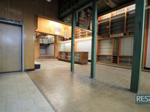 RUIM COMMERCIEEL GLVL  224m²   VRIJ VAN CONTRACT   <br /> Gelegen in het historisch centrum van Antwerpen!<br /> Indeling:<br /> Via ingang met e