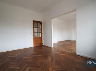 KNUS EN INSTAPKLAAR appartement, ondergebracht in een klein gebouw op strategische ligging!<br /> Centrale hal voorzien van vestiaireruimte. <br /> Wo