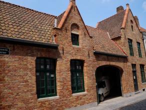 Opslagplaats/ magazijn/ polyvalente ruimte in de binnenstad van Brugge, 350m². Ruime kelder van 70m². Toegankelijk via brede poort. Uniek in