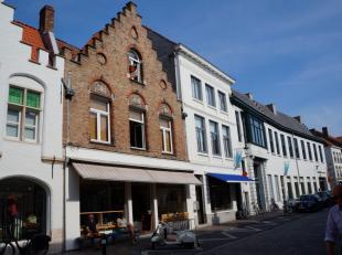 Leuk appartement op de 2de verdieping in het centrum van Brugge. Dit appartement bestaat uit lichtrijke leefruimte met open NIEUWE keuken, NIEUWE badk