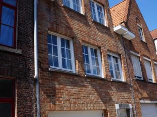 LICHTRIJKE INSTAPKLARE WONING in het centrum van Brugge, vlakbij 't Zand. Mooie grondoppervlakte van 113m². Mét GARAGE én zonnige T