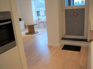 SUBLIEM appartement in het centrum van Oostkamp bestaande uit inkom met vestiairekast, ingerichte keuken, gezellige leefruimte, 1 slaapkamer, badkamer