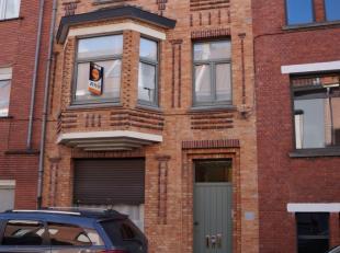 Mooi gemeubeld appartement op de eerste verdieping, vlakbij centrum Brugge en het station gelegen. Indeling: living, keuken, badkamer met douche en 1