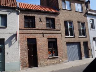 Gezellige rijwoning op TOPLOCATIE in de Brugse binnenstad, vlakbij de Vesten en de Katelijnestraat. Bestaande uit living, keuken, badkamer, 1 slaapkam