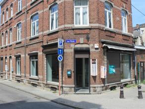 Sur rond-point de grand passage, superbe local commercial 72m² (shop 54m² + bureau avec kitchenette et douche 12m² + facilités).