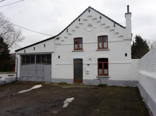 Située dans une voie sans issue, ancienne école du village composée au <br /> - rez de chaussée: hall d'entrée, sal