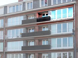 Superbe appartement entièrement rénové avec 2 chambres, terrasse et vue sur Meuse. Proche du centre, bus à proximit&eacute