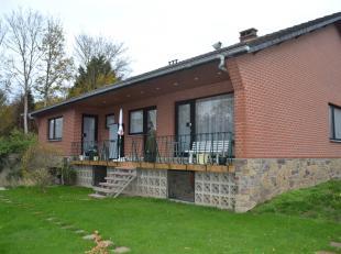 Grande villa située dans un quartier résidentiel, sur 665 m², comprenant 4 chambres au rez et 2 chambres au premier, garage 2 voitu