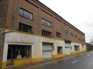 Sur une chaussée très fréquentée, vaste espace industriel de plus de 2.000 m² exploitables sur 3 niveaux. Multiples p