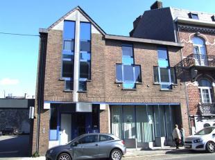 A deux pas des commerces, écoles et moyens de communication, dans un petit immeuble sans charges communes, confortable et lumineux appartement