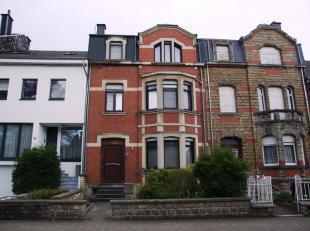 Dans une petite rue à circulation locale du centre-ville, très jolie maison bourgeoise de caractère dans un excellent état