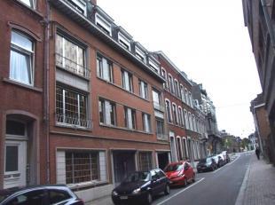 En plein coeur de Namur, dans une petite rue à sens unique, agréable et confortable appartement avec belle vue dégagée sur