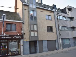 Goed gelegen 2-slpk appartement nabij markt van Lede. Appartement is gelegen op de tweede verdieping en omvat woonkamer, geïnstalleerde keuken, b