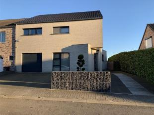 Très belle maison avec 3 chambres, bureau, garage et jardin située dans un clos. Panneaux photovoltaïques. Au rez-de-chaussé