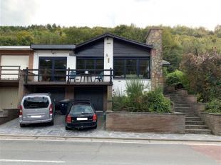 Bungalow 3 façades de 2 chambres (poss. 3) avec terrasse, jardin et 2 garages. Hall d'entrée, vestiaire, salon et salle à manger