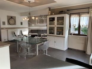 Située dans un lotissement de 6 habitations, cette maison de 2006 vendue meublée est composée comme suit : Au rez-de-chauss&eacut
