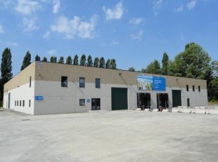 ENTREPOT DE 2000 M² AVEC QUAIS DE CHARGEMENT Entrepôt en excellent état d'une surface de 2000 m² situé dans le zoning in