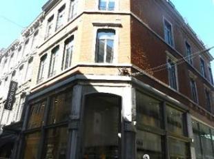 Studio Kot pour étudiant(e) uniquement , pas de domiciliation possible !!! Situé au premier étage , cuisine commune équip&