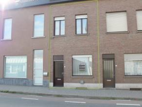 Deze recent gerenoveerde woning is gelegen op een boogscheut van het station van Deinze.<br /> Indeling: Inkomhal, voorkamer, leefruimte, geïnsta