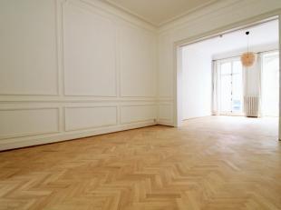 Quartier Louise, proche des transports en commun, ravissant appartement de ± 100 m² en parfait état. Il se compose d'un hall d'entr