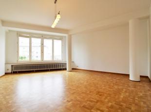 A deux pas du métro Tomberg et de la maison communale, bel appartement de ± 70 m² remis à neuf. Il se compose d'un hall d'en