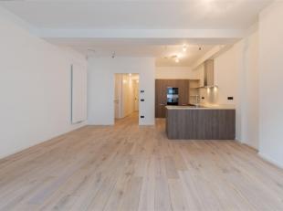 Leuk appartement van ± 105m² met een voortuin en terras en een privékoer achteraan. Het appartement bevindt zich in een oud gebouw