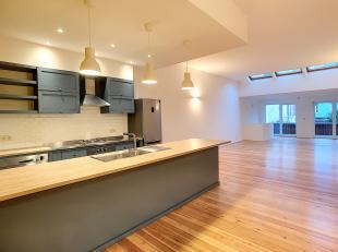 Proximité Place Van Meenen, superbe appartement duplex entièrement rénové de 156 m², Il se compose d'un hall d'entr&e