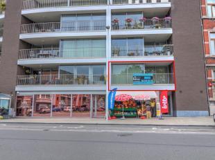 BEL APPARTEMENT 2 CHAMBRES AVEC TERRASSE ET EMPLACEMENT DE PARKING PRIVE - 1er étage: un hall d'entrée de 5m², un séjour de