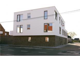 Recent appartement op 92m² met inkom, toilet met lavabo, living, open keuken met koelkast (met vriesvak), keramische kookplaat, dampkap, spoelbak