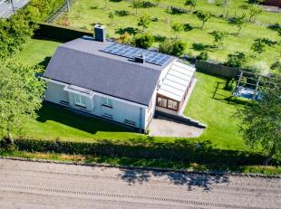 Open bebouwing op 886m² met op het gelijkvloers inkomhal, toilet, ruime living (35m²) met marmervloer (herschilderd, nieuwe ledspots, houtka