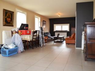 Duplex appartement met inkom, open keuken met dubbele spoelbak, keramische kookplaat, dampkap, koelkast met vriesvak, combi-oven, vaatwasser alle van